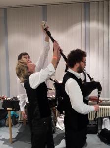 Vor dem Auftritt: Die Instrumente werden gestimmt